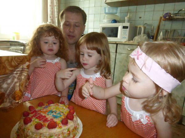 Тройняшки Смоляковы с отцом Виталием