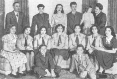 Семья Дионн. В середине группы однояйцевая пятерня (одеты одинаково). Кроме близнецов (пятерни), в семье Дионн имеется еще 9 детей - все одиночки.