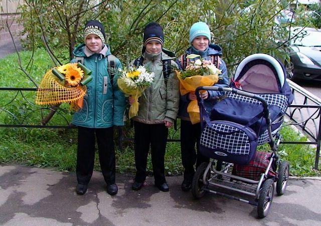 Тройняшки-третьеклашки, Кирилл, Филипп, Лев идут в 3й класс. Сестренка Лиза провожает их до школы.
