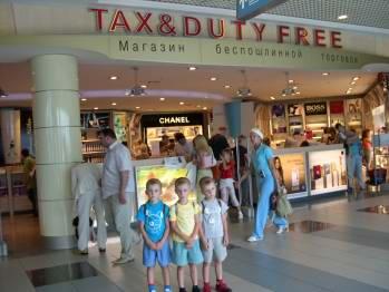 Тройняшки в аэропорту 10 лет назад, 2004 год.