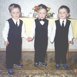 Молодые люди в ожидании гостей - 27 февраля 2002г.